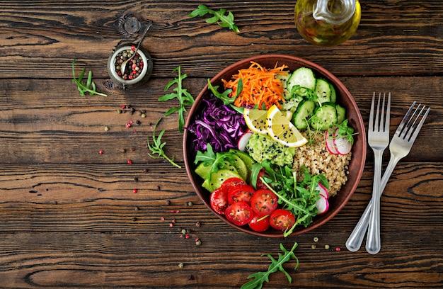 キノアと新鮮な野菜のベジタリアン仏bowl。健康食品のコンセプト。ビーガンサラダ上面図。平置き