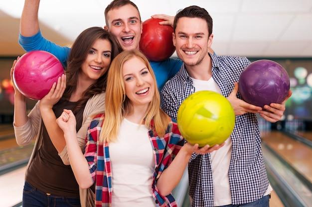 Il bowling con gli amici è l'idea migliore per l'intrattenimento