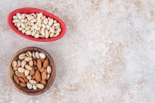 Ciotole di mandorle, pistacchi e arachidi