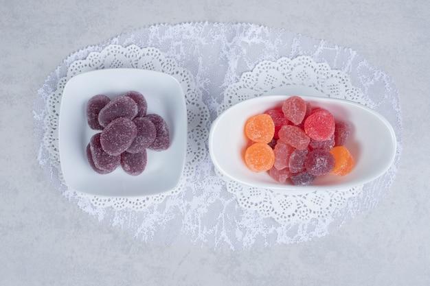 Ciotole di marmellate colorate sul tavolo bianco. foto di alta qualità