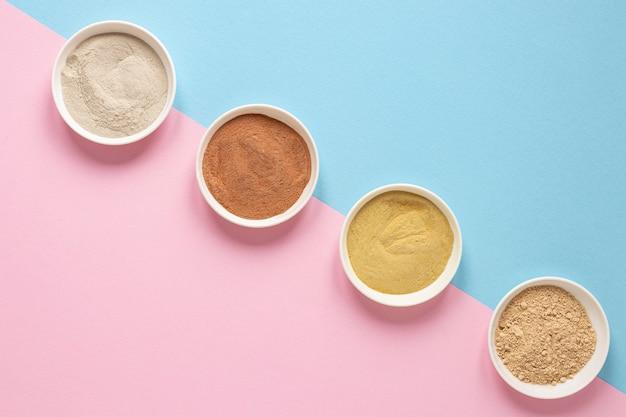 Ciotole piene di sabbia colorata laici piatta