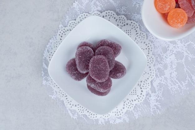 白いテーブルの上のカラフルなマーマレードのボウル。高品質の写真