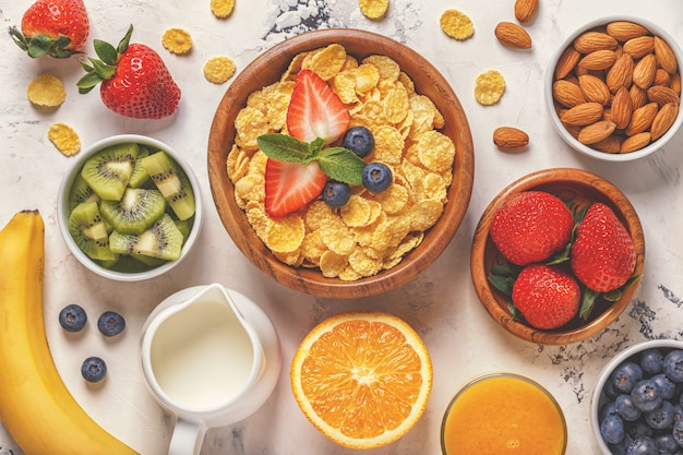 Чаши кукурузных хлопьев, ягод и орехов