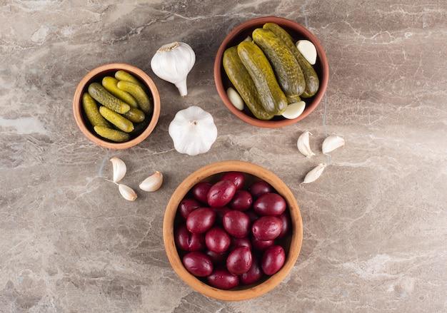 石のテーブルの上に発酵したハナミズキとキュウリのボウル。