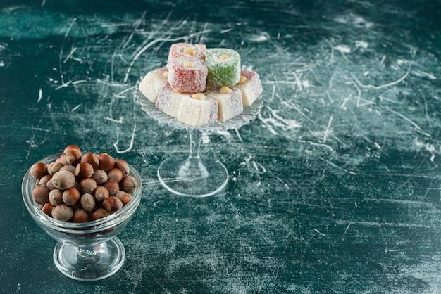 대리석 표면에 유기농 헤이즐넛과 달콤한 맛의 그릇.