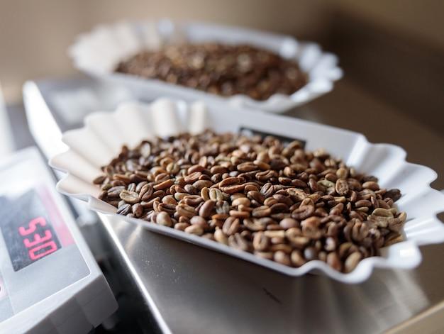 전자 저울에 볶은 커피 콩 그릇