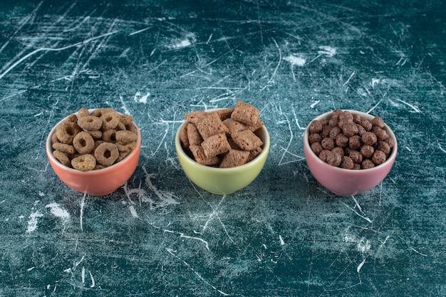 파란색 배경에 다양 한 곡물의 그릇. 고품질 사진
