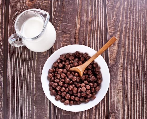 チョコレートスイートコーンボールのボウル。美味しくてヘルシーな朝食用シリアル。上面図。