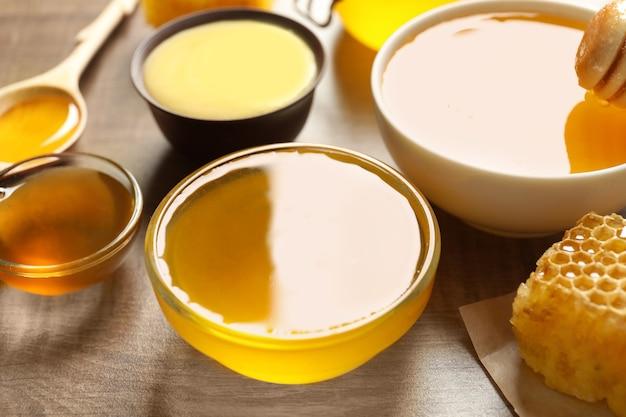 Миски с вкусным медом на столе Premium Фотографии