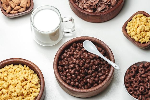 다양한 종류의 아침 시리얼 제품과 유리 그릇