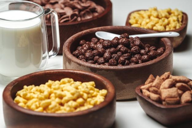 다양한 종류의 아침 시리얼이 담긴 그릇