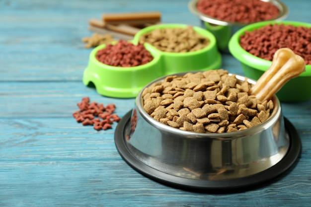 Миски с кормом для домашних животных на деревянных