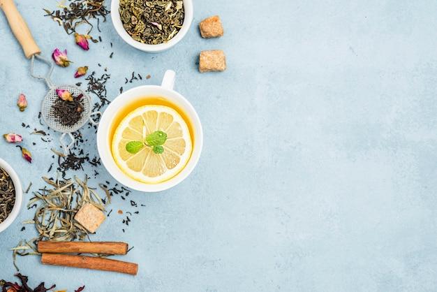 Ciotole con erbe aromatiche e tè al limone