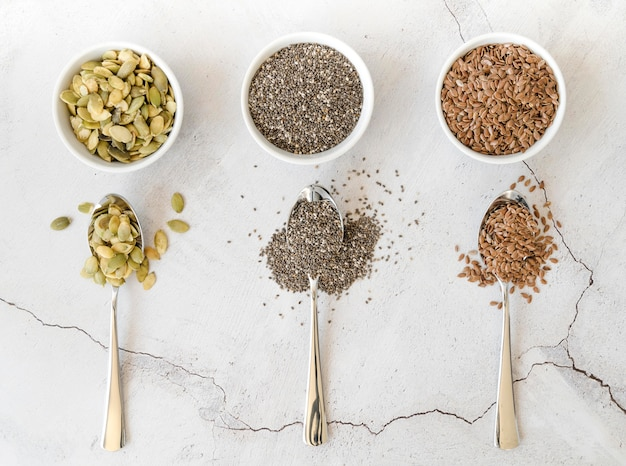 Ciotole con vari semi e cucchiai