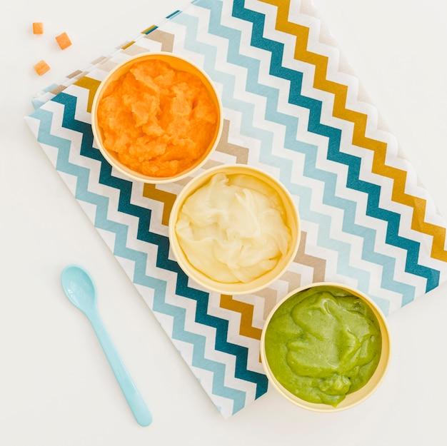 Ciotole con purea di verdure per bambini