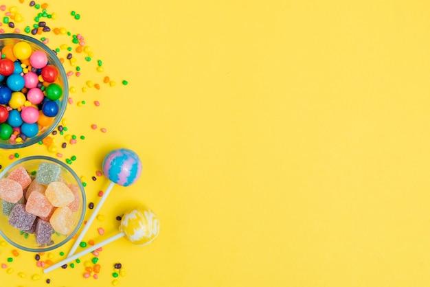 テーブルの上のキャンディーの品揃えと弓