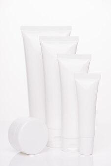 Коробка контейнерная терапия для тела концепция spf. вертикальное фото коллекции диспенсеров минимального размера пробирок с пустой пустой этикеткой коллагена, изолированного на белом фоне чистого цвета