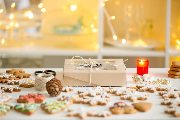 Scatola di biscotti, biscotti di pan di zenzero di diverse forme, bianco d