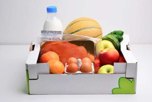 白で隔離の概念の寄付ボックスで食べ物でいっぱいのボックス