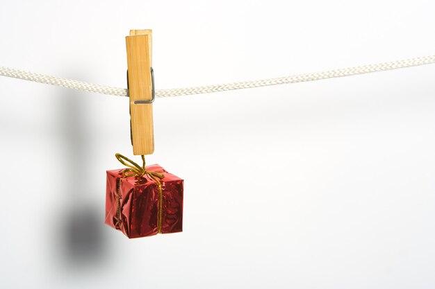 Коробка подарочная с бантом на веревке прикрепить прищепку