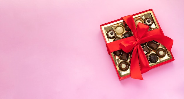 ピンクの赤い弓とチョコレートプラリネの箱