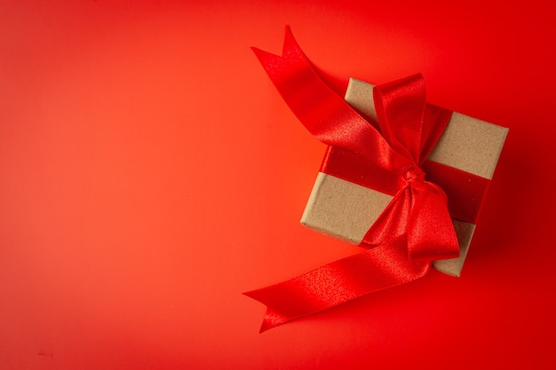 赤い背景に赤いリボンの弓とプレゼントの箱