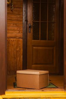 入り口のマットの上の箱