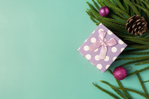 Scatola regalo con fiocco su sfondo verde chiaro