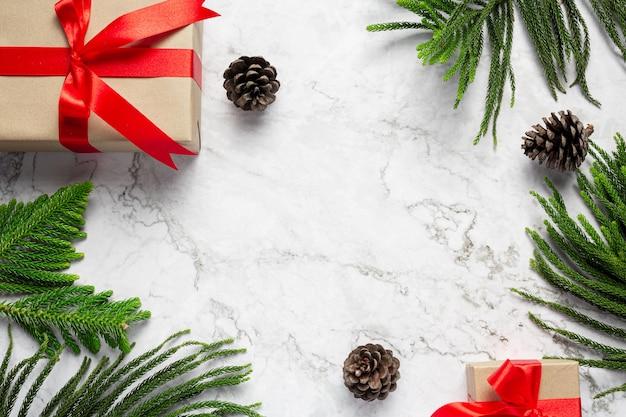 Scatola di presente con ornamento di natale su sfondo marmo