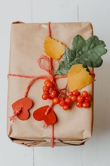 Коробка с осенним подарком, завернутая в крафт и связанная веревкой с сердечками, экологически чистая биоразлагаемая упаковка ...