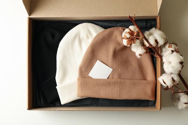 Коробка с шапочками и хлопком
