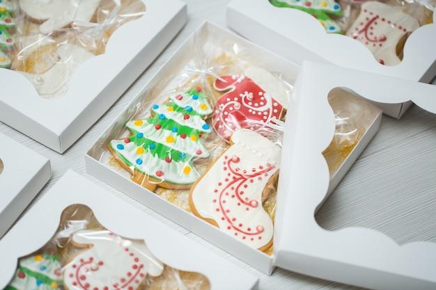 Коробка с рождественскими пряниками на деревянных фоне