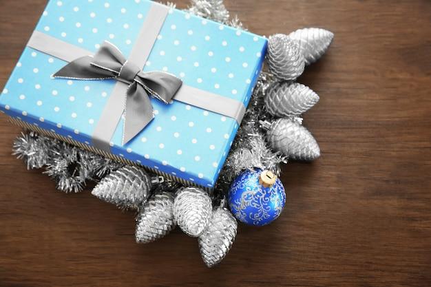 木製の背景にクリスマスのおもちゃとボックス