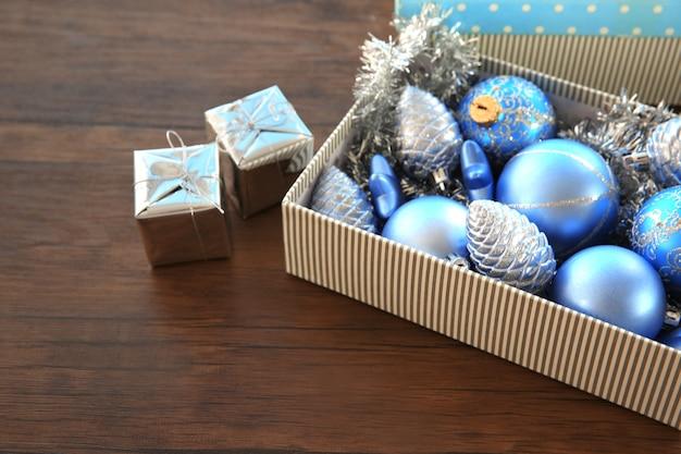 나무 테이블에 크리스마스 장난감 상자