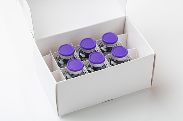 Коробка с вакцинами covid19 на белом фоне, готовая к вакцинации.