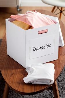 책상에 기부금을 가진 상자
