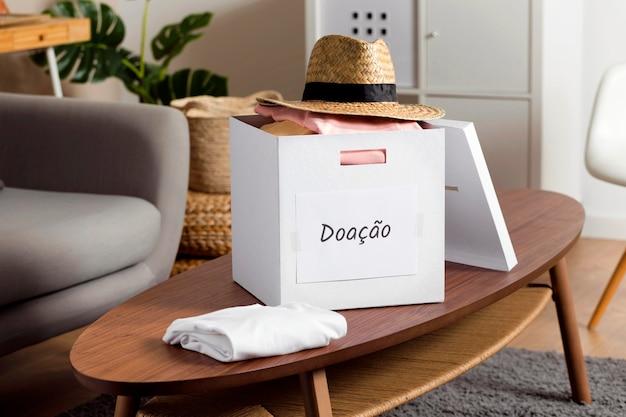 テーブルに寄付のボックス