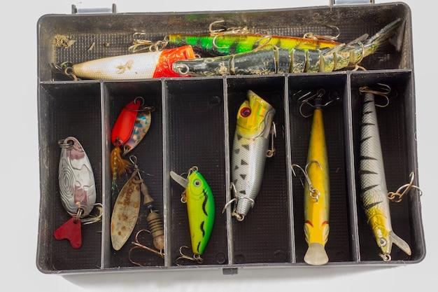 육식성 물고기를 위한 낚시 미끼가 있는 상자.