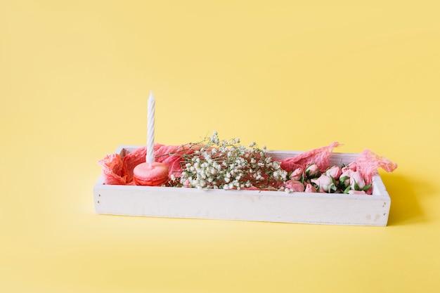 Scatola con fiori e dessert di compleanno