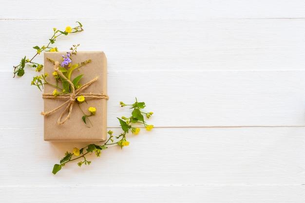 背景の白の花とボックス
