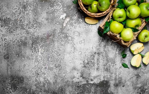 新鮮な青リンゴの箱。素朴なテーブルの上。