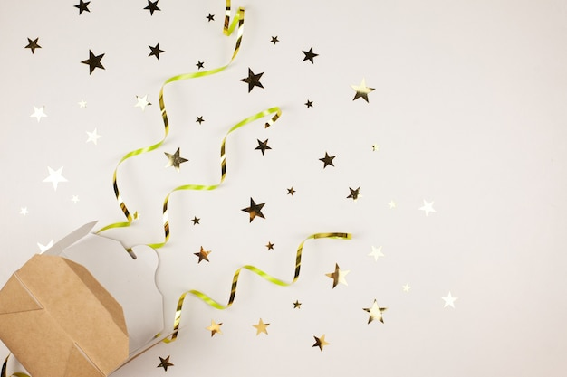 Коробка с подарками, блестящий новогодний фон декора