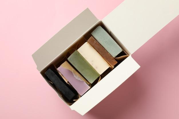 Коробка с мылом ручной работы на розовом фоне
