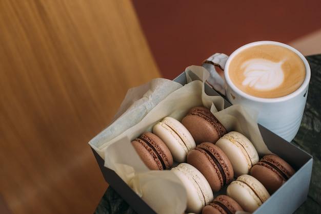 Коробка с макаронами возле кофе