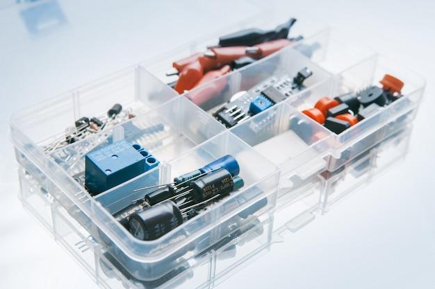 흰색 바탕에 마이크로 전자 요소와 상자