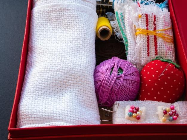 Коробка с оборудованием для рукоделия, например, иглами, нитками, булавками, тканью, тканью, тканью, тканью.