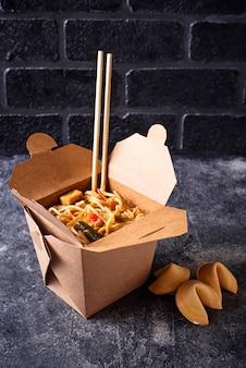 Коробка с лапшой и печеньем