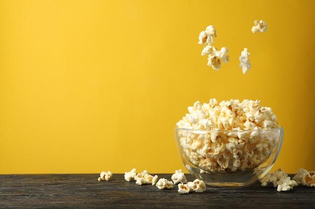 Коробка с попкорном на деревянный стол. пища для просмотра кино