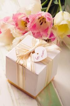 Коробка с подарком и тюльпанами для мамы