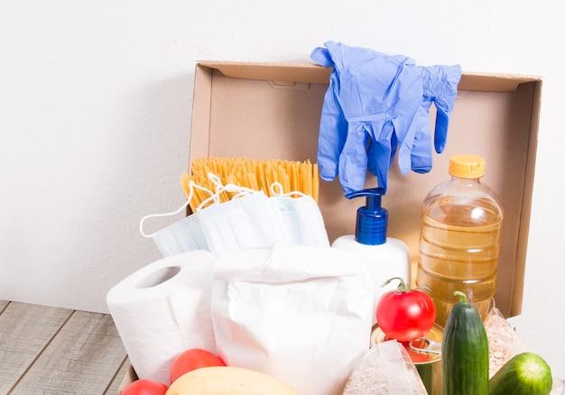 黄色い表面に寄付用の製品が入った箱